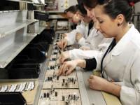 Anglia praca bez języka dla par na taśmie produkcyjnej przy produkcji elektroniki