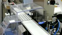 Praca Niemcy na produkcji tabletek przy taśmie produkcyjnej Bawaria