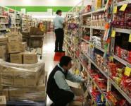 Fizyczna praca Niemcy przy wykładaniu towaru w sklepie bez języka Kolonia