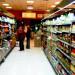 wykladanie-towaru-sklep-ludzie