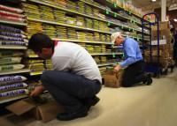 Praca w Holandii bez języka Amsterdam przy wykładaniu towaru w markecie